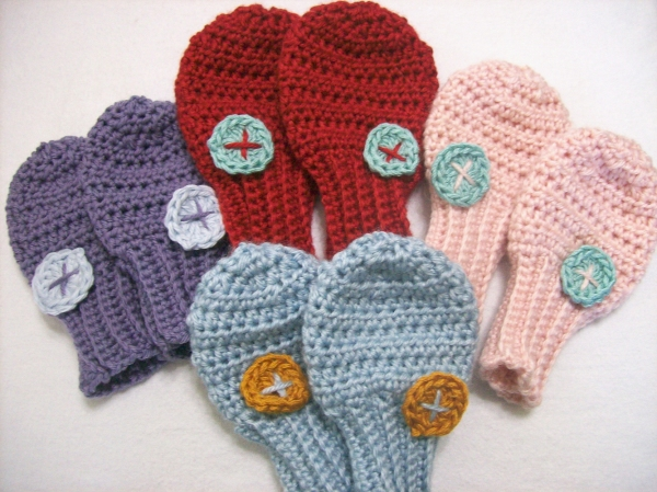 Baby shower gifts to crochet, baby mitten crochet pattern from Banana Moon Studio